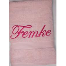 Badhanddoek roze met Femke geborduurd