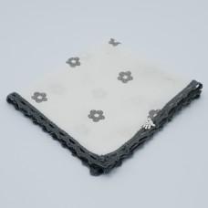 zakdoek wit bloem grijs